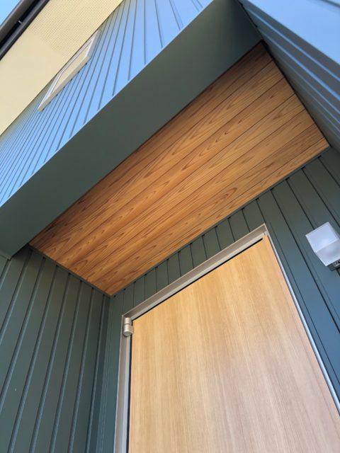 玄関の杉板