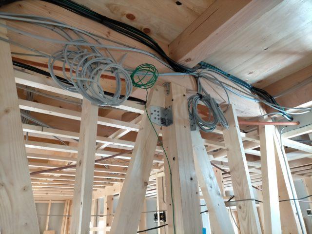 1階天井と2階床の間には、何本も1km以上の電線が